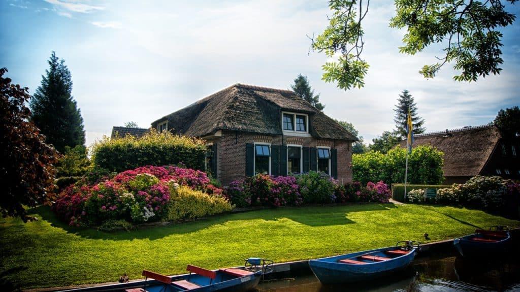 Quaint canal side bungalow - UK Property Cash Buyers